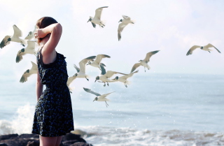 Girl On Sea Coast And Seagulls - Obrázkek zdarma pro Desktop 1920x1080 Full HD