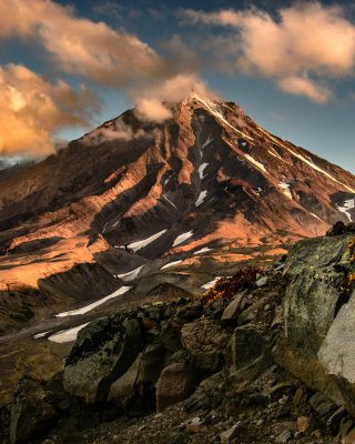 Koryaksky Volcano on Kamchatka - Obrázkek zdarma pro Nokia C-5 5MP