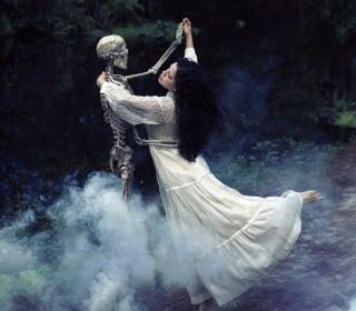 Girl Dancing With Skeleton - Obrázkek zdarma pro iPad mini