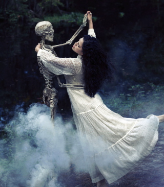 Girl Dancing With Skeleton - Obrázkek zdarma pro iPhone 6