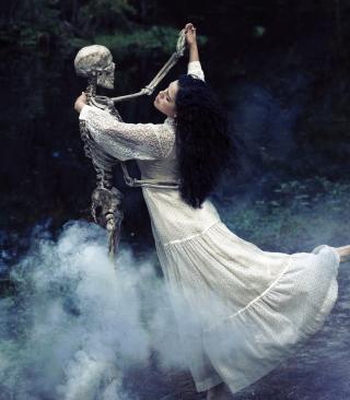 Girl Dancing With Skeleton - Obrázkek zdarma pro Nokia C1-01