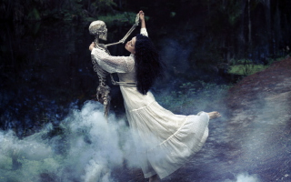 Girl Dancing With Skeleton - Obrázkek zdarma