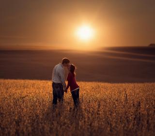 Couple Kissing In Field - Obrázkek zdarma pro 320x320