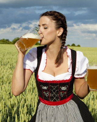 Girl likes Bavarian Weissbier - Obrázkek zdarma pro 320x480