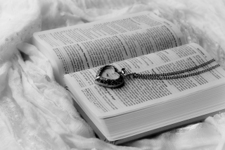 Bible And Vintage Heart-Shaped Watch - Obrázkek zdarma pro 1366x768