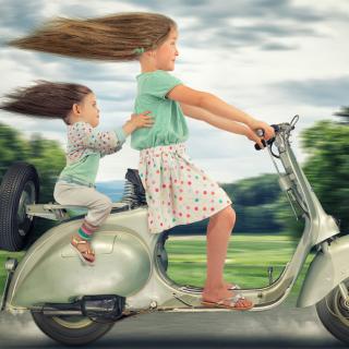 Funny kids on bike - Obrázkek zdarma pro iPad mini