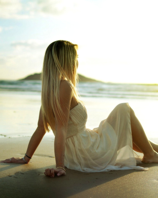 Blonde on Beach - Obrázkek zdarma pro 240x400