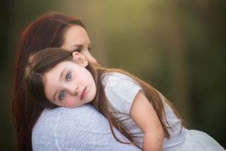 Mom And Daughter With Blue Eyes - Obrázkek zdarma pro 1366x768