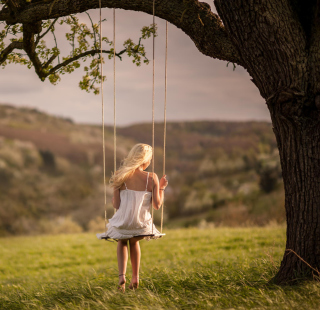 Girl On Tree Swing - Obrázkek zdarma pro iPad
