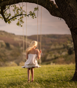 Girl On Tree Swing - Obrázkek zdarma pro iPhone 6 Plus