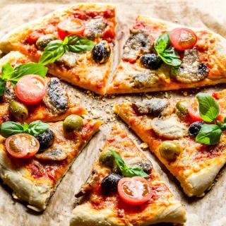 Pizza with olives - Obrázkek zdarma pro 320x320