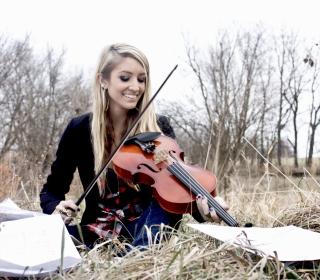 Blonde Girl Playing Violin - Obrázkek zdarma pro 1024x1024