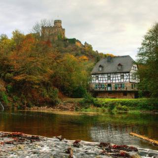 Castle in Autumn Forest - Obrázkek zdarma pro iPad 3