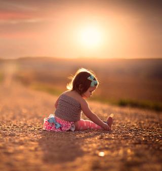 Child On Road At Sunset - Obrázkek zdarma pro iPad