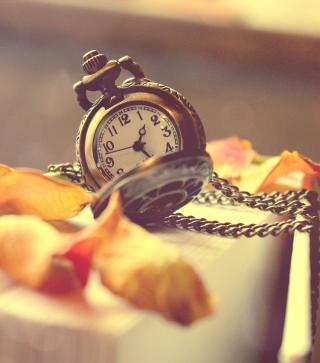 Vintage Watch And Petals - Obrázkek zdarma pro iPhone 4S