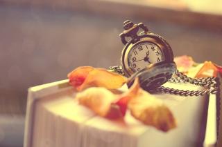 Vintage Watch And Petals - Obrázkek zdarma pro Samsung Galaxy Tab 4 8.0