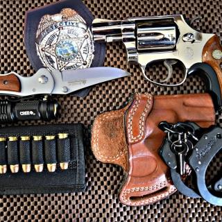 Colt, handcuffs and knife - Obrázkek zdarma pro 320x320