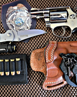 Colt, handcuffs and knife - Obrázkek zdarma pro Nokia Asha 310