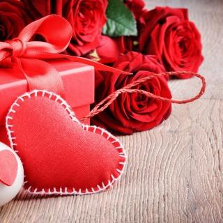 Valentines Day Gift and Hearts - Obrázkek zdarma pro 208x208