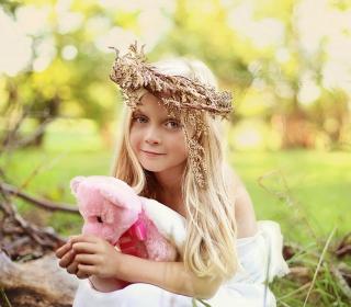 Little Girl With Pink Teddy - Obrázkek zdarma pro iPad