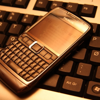 Nokia E71 on Computer Keyboard - Obrázkek zdarma pro iPad 2