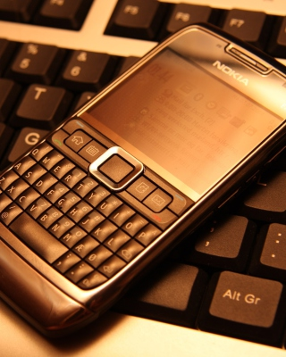 Nokia E71 on Computer Keyboard - Obrázkek zdarma pro Nokia X6