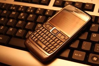 Nokia E71 on Computer Keyboard - Obrázkek zdarma pro 1600x1280