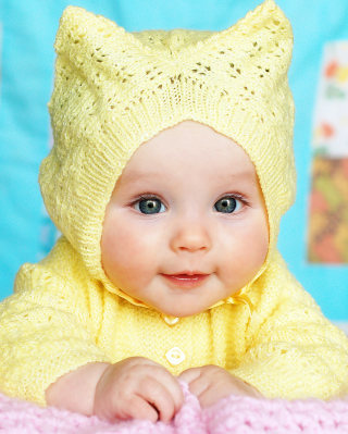 Baby In Yellow Hood - Obrázkek zdarma pro 640x960