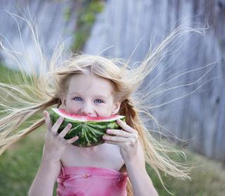 Girl Eating Watermelon - Obrázkek zdarma pro iPad