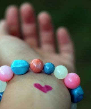 Heart And Colored Marbles Bracelet - Obrázkek zdarma pro Nokia X1-00