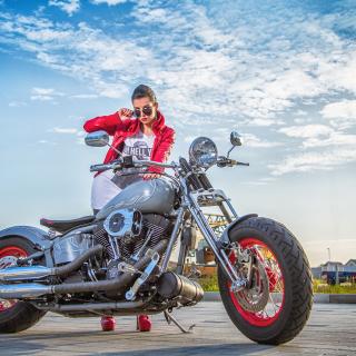 Harley Davidson with Cute Girl - Obrázkek zdarma pro iPad 3