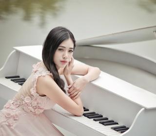 Beautiful Pianist Girl - Obrázkek zdarma pro 208x208
