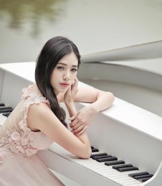 Beautiful Pianist Girl - Obrázkek zdarma pro Nokia 5233