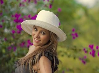 Girl In Garden - Obrázkek zdarma pro Fullscreen Desktop 1024x768