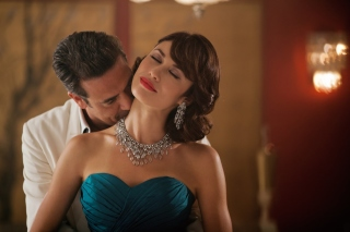 Olga Kurylenko as Vera Evans in Magic City - Obrázkek zdarma pro LG Optimus M