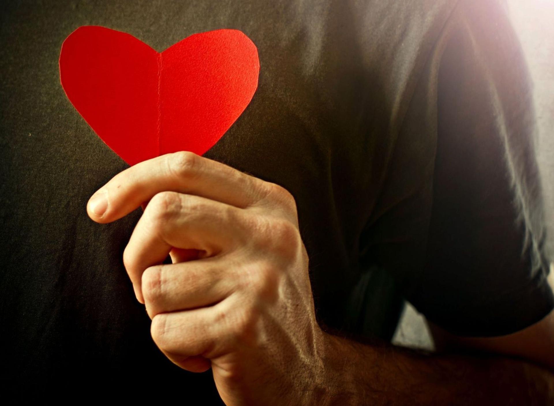 Парень дарит девушке сердце фото