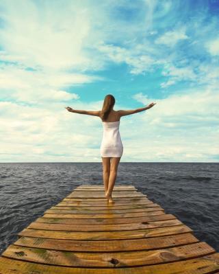 Girl Hugging Sea - Obrázkek zdarma pro Nokia X1-00