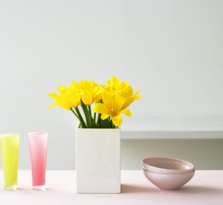 Yellow Flowers In Vase - Obrázkek zdarma pro iPad 2