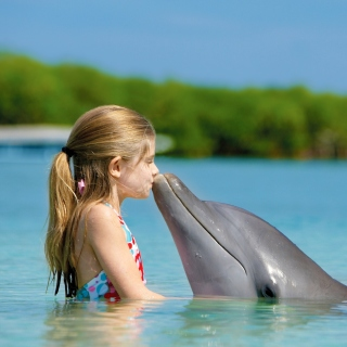 Girl and dolphin kiss - Obrázkek zdarma pro iPad