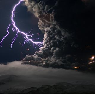 Lightning Behind Dark Clouds - Obrázkek zdarma pro iPad mini