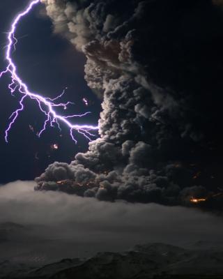 Lightning Behind Dark Clouds - Obrázkek zdarma pro iPhone 5