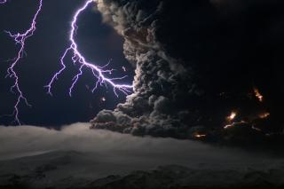 Lightning Behind Dark Clouds - Obrázkek zdarma pro Sony Xperia Z1