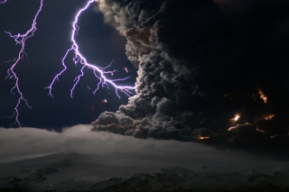 Lightning Behind Dark Clouds - Obrázkek zdarma pro Google Nexus 7