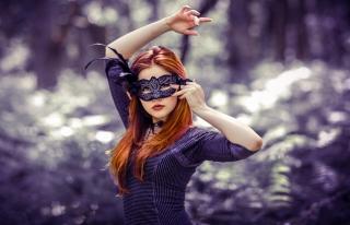 Girl In Mask - Obrázkek zdarma pro HTC Wildfire