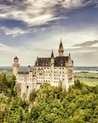 Bavarian Neuschwanstein Castle - Obrázkek zdarma pro Nokia Asha 502