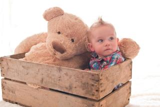 Baby Boy With Teddy Bear - Obrázkek zdarma pro 1366x768
