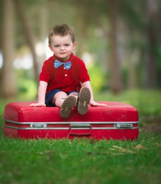Cute Boy Sitting On Red Luggage - Obrázkek zdarma pro Nokia Lumia 810