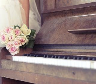 Beautiful Roses On Piano - Obrázkek zdarma pro 208x208