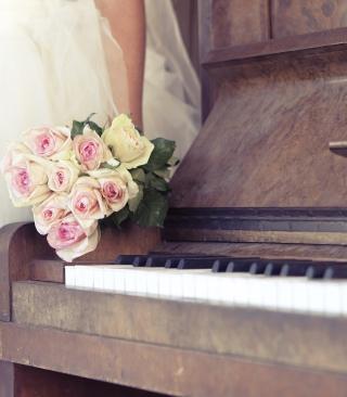 Beautiful Roses On Piano - Obrázkek zdarma pro 360x400