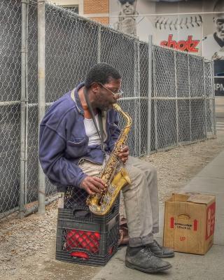 Jazz saxophonist Street Musician - Obrázkek zdarma pro Nokia 300 Asha